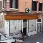 Das schöne Schaufenster von der Santa Margherita Apotheke ?