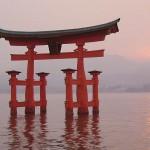 Das Torii vor dem Itsukushima-Schrein im Morgenrot ?