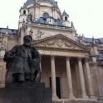 Die Kapelle der Sorbonne, Hofseite, mit der Statue von Victor Hugo ?