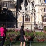 Der Garten der südlichen Fassade von Notre Dame de Paris von einer jungen Frau in schwarz gesehen ?
